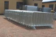 電流を通された一時的な塀の網