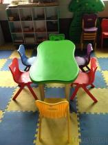 테이블과 의자 세트가 유치원에 의하여, 유치원 농담을 한다