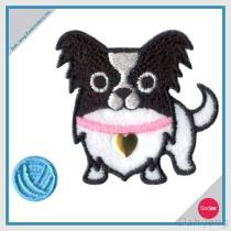 置かれるラインストーンのステッカーが付いている刺繍-ヤーンを持つ犬のチワワ