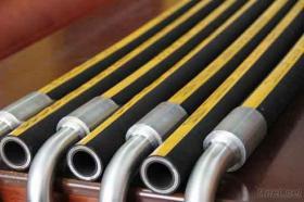 Un tubo flessibile idraulico di quattro o sei spirali del legare